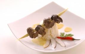 Gedämpfte Schnecken auf Zitronengras in Kokossauce